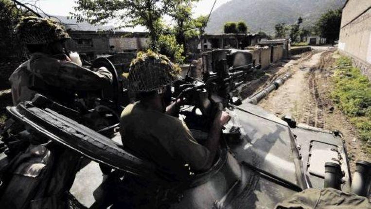 Militairen patrouilleren in een dorp in het district Buner. Volgens Pakistan zijn de afgelopen twee dagen zeker 143 talibanrebellen gedood. (FOTO AFP) Beeld