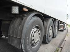Banden vrachtwagens Axel lek gestoken, eigenaar looft beloning uit