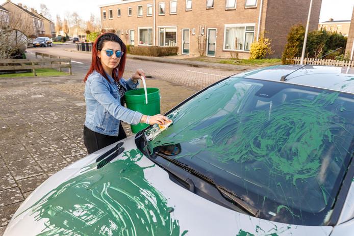 Jelan Shbila uit Sint Jansklooster is ten einde raad. Onverlaten hebben haar autootje in de nacht van zondag op maandag met groene verf overgoten.