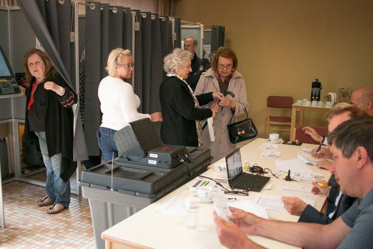 Een stembureau in rusthuis Het Hof. Daar moesten kiezers extra lang geduld oefenen door een stroompanne.