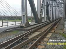Jongens bekeurd voor lopen over spoorbrug bij Zaltbommel: trein drie kwartier gestremd