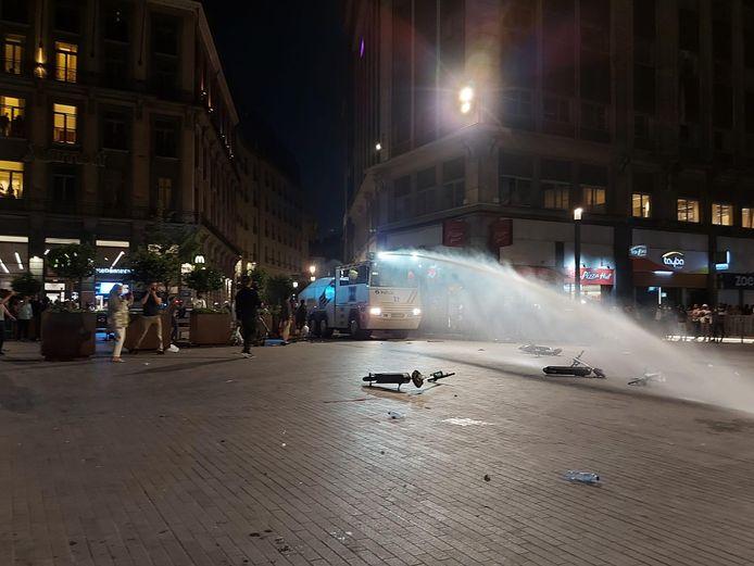 De politie zette het waterkanon al in op het Beursplein.