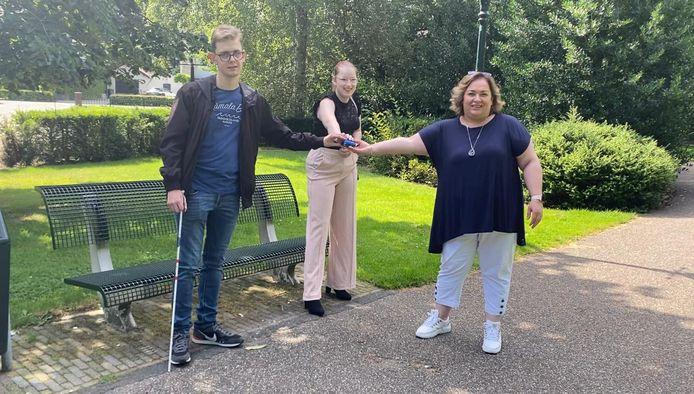 Het initiatief voor Jongeren Sociaal is genomen door de Waalwijkse jongeren Liesl en Jesse. Wethouder Dilek Odabasi (rechts) juicht het initiatief toe.