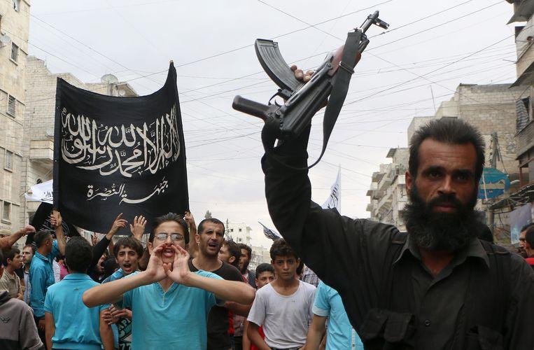 Supporters van Al-Nusra in de straten van Aleppo Beeld AFP