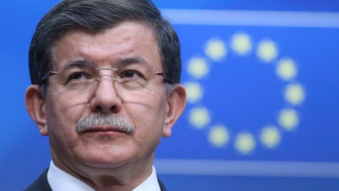 De Turkse premier Davutoglu tijdens persconferentie