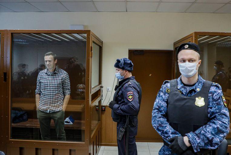 Aleksej Navalny in een glazen kooi tijdens een hoorzitting in Moskou, eind februari.  Beeld EPA