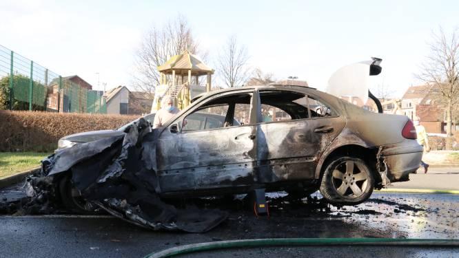 """Mercedes gaat in vlammen op na defect aan wagen: """"Nochtans net onderhoud in garage gehad"""""""