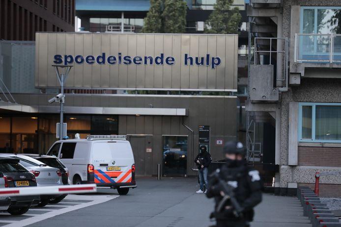 Bij het VU Medisch Centrum in Amsterdam, waar de Vries wordt verzorgd, staat zwaarbewapende politie.