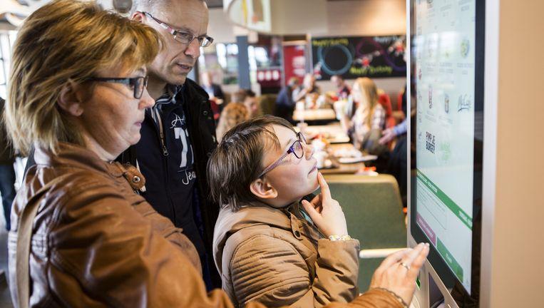 De 'Mac' aan de A7 bij Hoorn heeft bestelcomputers waar de klant kan aangeven hoe hij zijn burger wil hebben. Rechts: de eerste McDonald's-saladebar. Beeld Julius Schrank