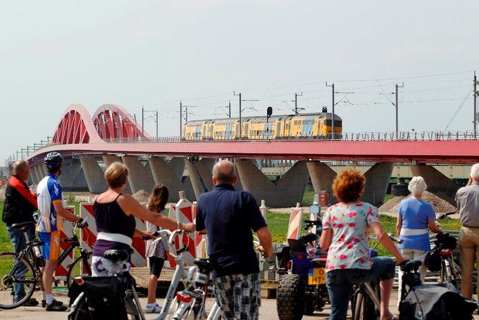 De eerste trein gaat over de Hanzeboog eerder dit jaar. Archieffoto Tom van Dijke