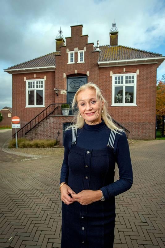 Nina van Kerkhof bij het oude gemeentehuis in Maasbommel.