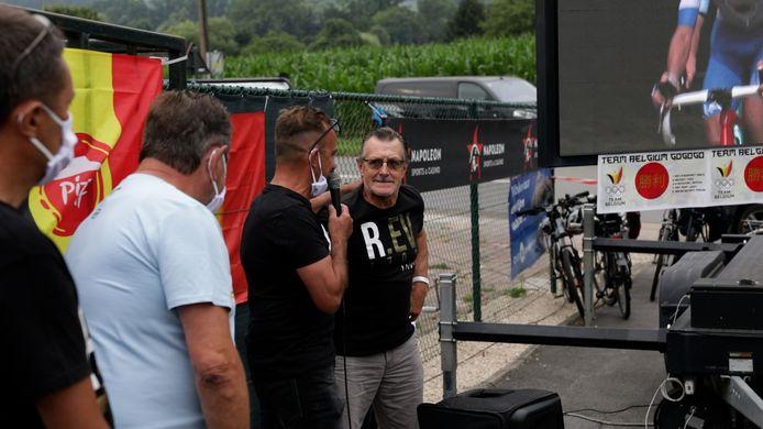 Patrick Evenepoel overhandigt de cheque van 5.000 euro.
