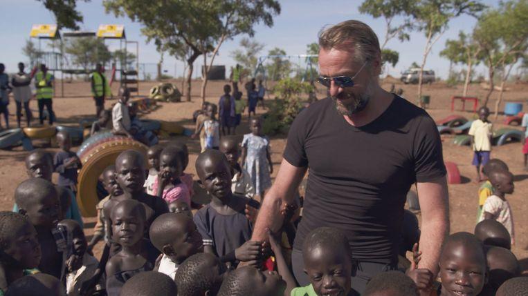 Tom Waes in Uganda voor 'Reizen Waes'. Beeld © VRT