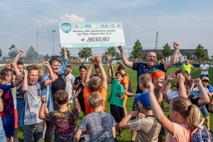 Voetbaljeugd De Markiezaten (combi FC Bergen en Nieuw Borgvliet) overhandigt check met opbrengst van sponsorloop.