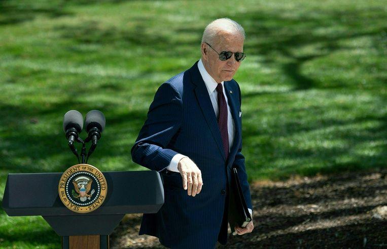 President Joe Biden, dinsdag na zijn toelichting op het mondkapjesbeleid in de VS, in de tuin van het Witte Huis. Beeld AFP