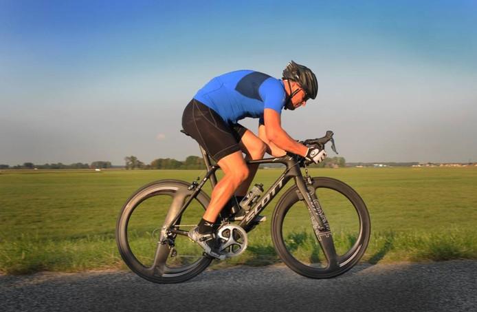 Michiel de Haas tijdens een rit op de fiets met het tweespakenwiel. FOTO Lex de Meester