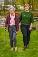 Al keuvelend maakt zorgassistente Sielke (24) een wandeling in het groen met Magdalena (88)...