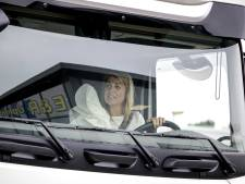 Dit moet je zien! Koningin Máxima bestuurt grote truck op blote voeten en parkeert 'm achteruit in parkeervak