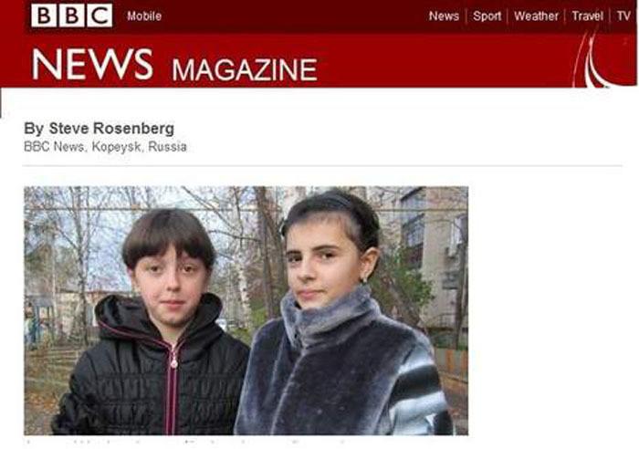 De verwisselde meisjes eerder, in een screenshot van de BBC.