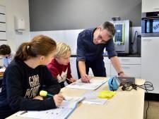 Dorpsschool barst uit zijn voegen: leerlingen krijgen les in de teamkamer, naast de koffiemachine