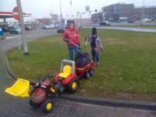 Afvalprikkers Geerten (11) en Nienke (7) uit Zaltbommel geven het goede voorbeeld