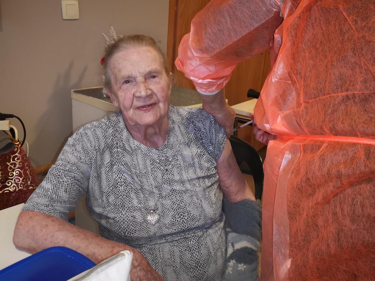 Gilberte Lauwaert (92 ans) était impatiente de se faire vacciner dans sa maison de repos à Marchienne-au-Pont (Charleroi)