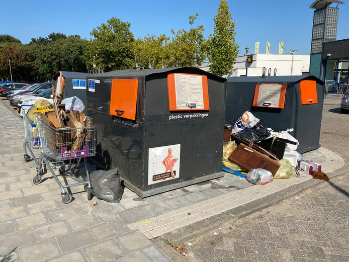 Gedumpt afval bij ondergrondse containers op de Veluwelaan in Eindhoven