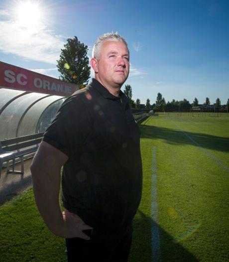 Kleurrijke oud-prof Carel van der Velden terug op het voetbalveld