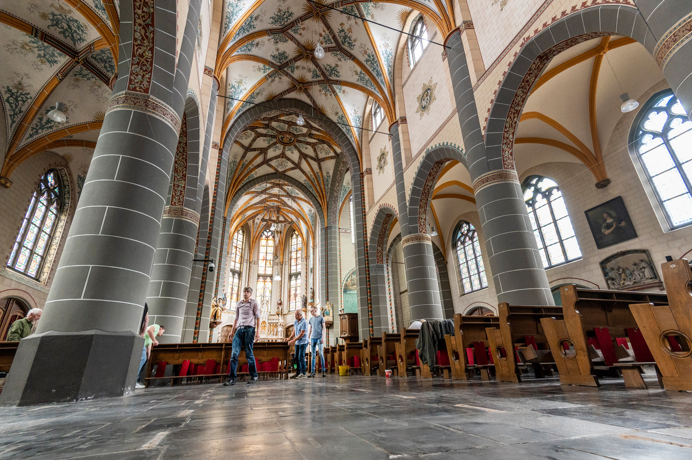 De banken in de Geffense Maria Magdalenakerk worden terug op hun plek gezet, in afwachting van een nieuwe onderzoeksdatum.