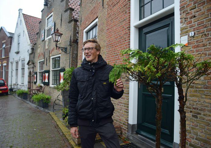 Stefan Knuijt is componist en schrijft voor Crescendo een muziekstuk over de gebouwen en plaatsen in Dreischor, zoals hier het oude stadhuis en de kazerne op de Ring.