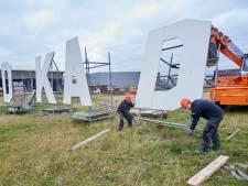 Bouwbedrijf Van de Ven Veghel zet omgewaaide letters van de 'Noordkade' weer recht