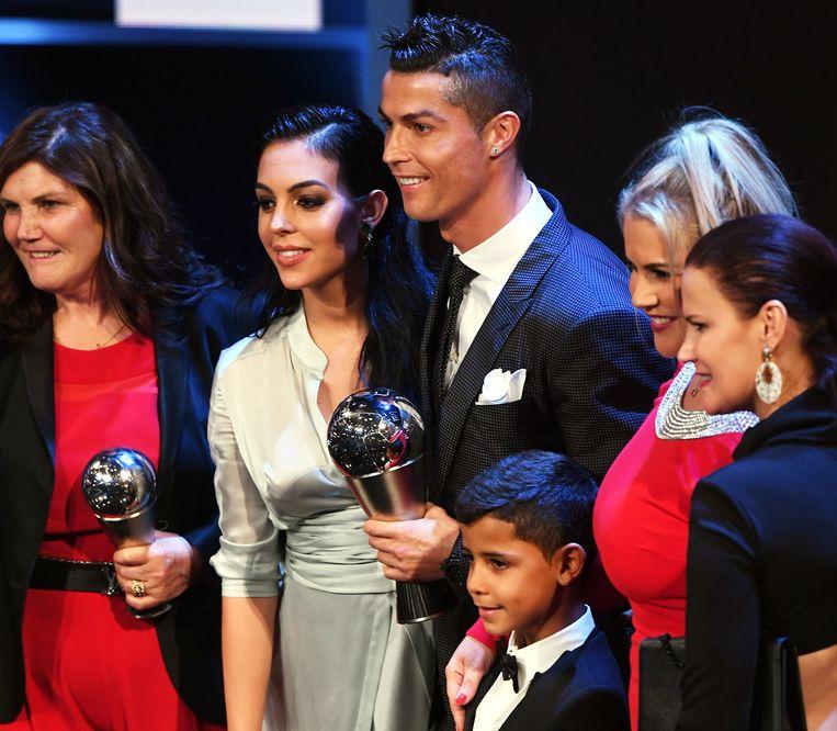 Maria Dolores (l) op de jongste uitreiking van de Gouden Bal naast Cristiano en zijn partner Georgina, rechts Cristiano Jr en de zussen Ronaldo.