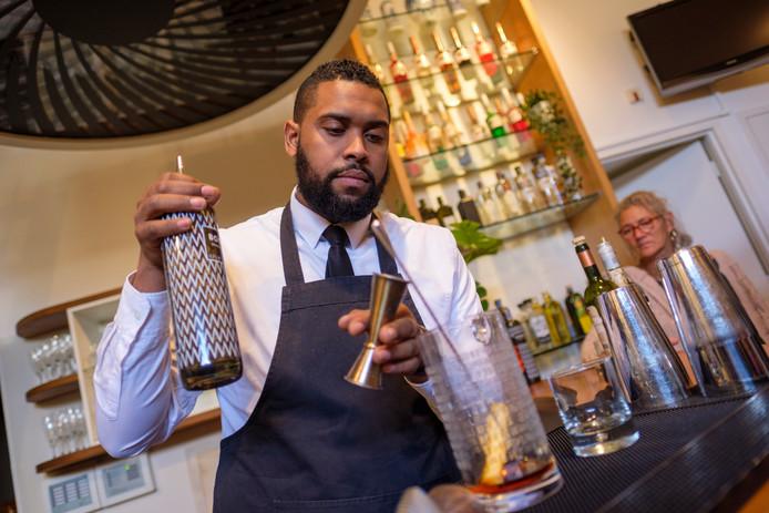 Barkeeper Helder demonstreert hoe je een cocktail maakt.