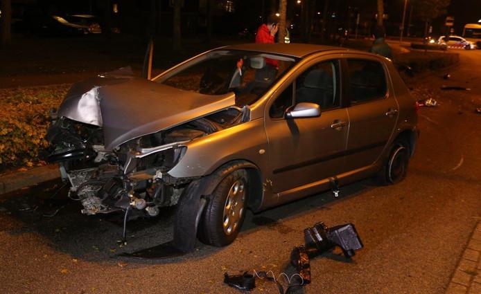 Op de Simon Stevinweg in Den Bosch is zaterdagavond een auto tegen een boom aan gebotst.