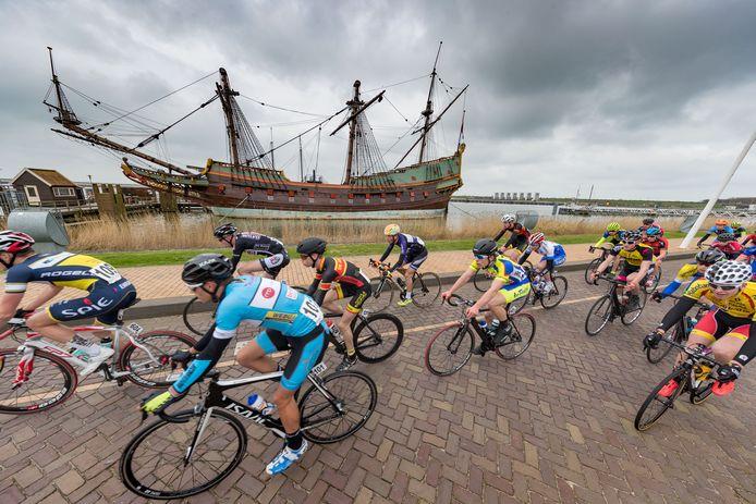 De Zuiderzeeronde biedt de renners ook de kans om de Batavia de bewonderen.