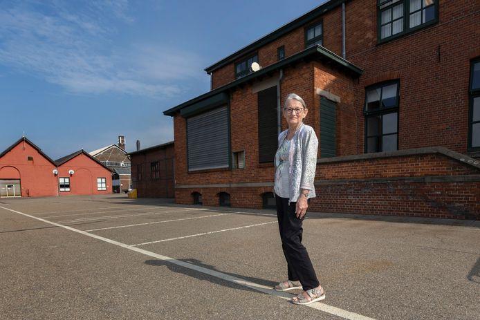 May Evraets, met op de achtergrond haar oude woning op het fabrieksterrein van zinksmelter Nyrstar in Budel-Dorplein. Ze woonde als kind op het fabrieksterrein van de zinkfabriek.