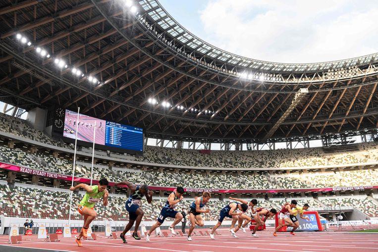 De Amerikaanse topsprinter Justin Gatlin (tweede van links) is een van de lopers bij testwedstrijden in het Olympisch Stadion van Tokio begin mei.  Beeld AFP