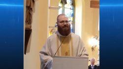 Rappende priester verliest weddenschap en draagt paaseieren rond oren in zijn kerk