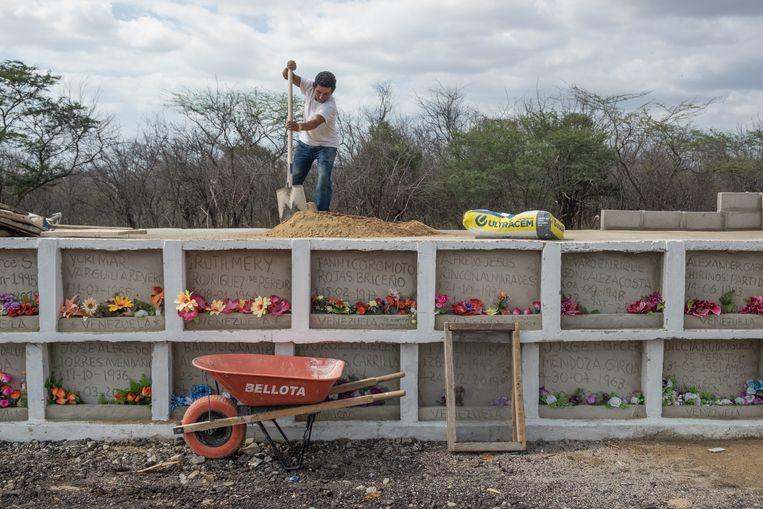 Francisco helpt Sonia Bermúdez met het bouwen van extra begraafplaatsen.  Beeld Eline van Nes