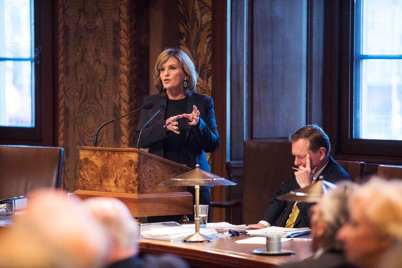 Pia Dijkstra verdedigt als Tweede Kamerlid voor D66 de initiatiefwet donorregistratie in de Eerste Kamer.