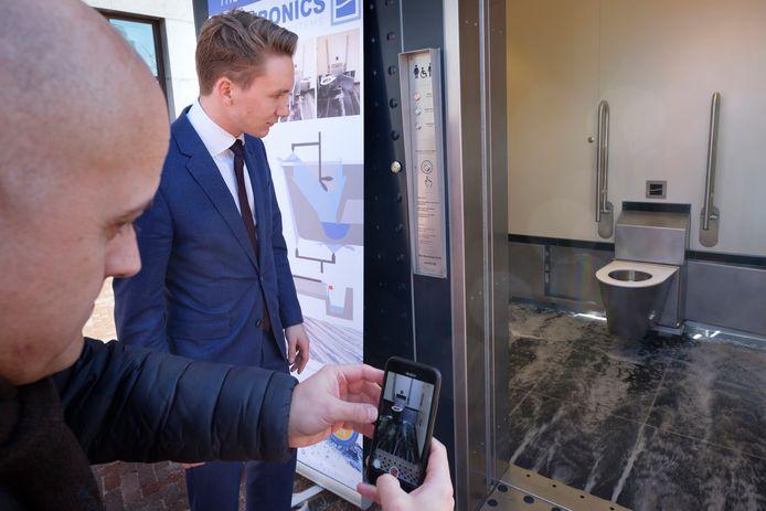 Coen van Houweling van Sanitronics bekijkt hoe het zelfreinigend toilet op de Binnenrotte schoon wordt.