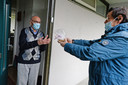 Vrijwilliger Latif Tuna biedt Wilson Issa de Baklava aan