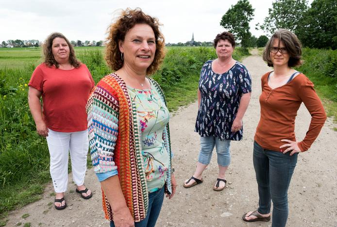 Het actiecomité op de oude spoordijk: v.l.n.r: Patricia, Marriët, Lydia en Kelly.