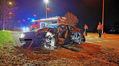 Automobilist zwaargewond na knal tegen boom aan Sasbrug