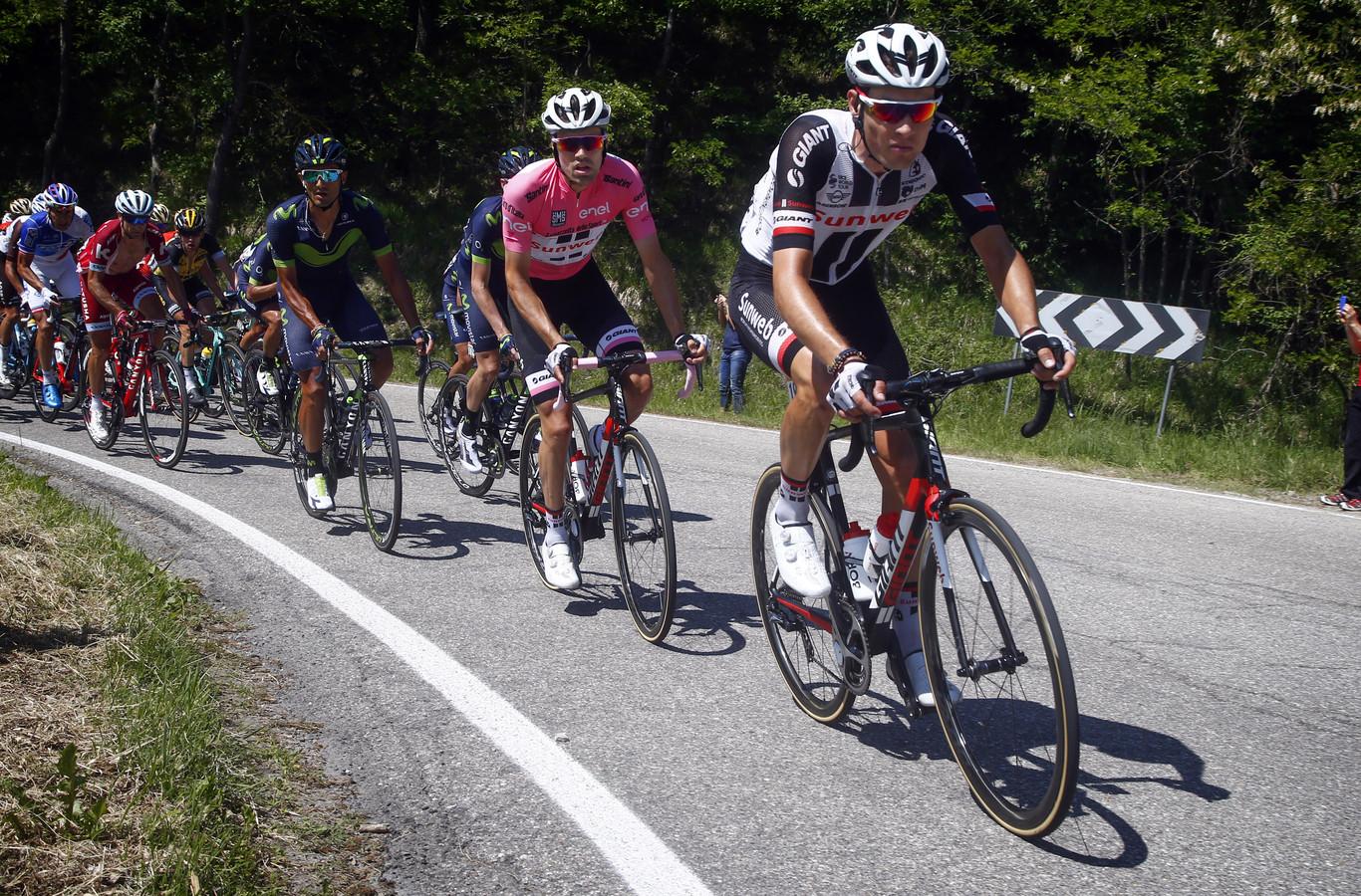 Georg Preidler in de Giro van 2017 in dienst rijdend van rozetruidrager Tom Dumoulin.