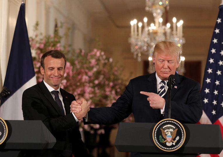 Frans president Emmanuel Macron (l.) en Amerikaans president Donald Trump (r.) tijdens een eerder overleg.  Beeld Photo News