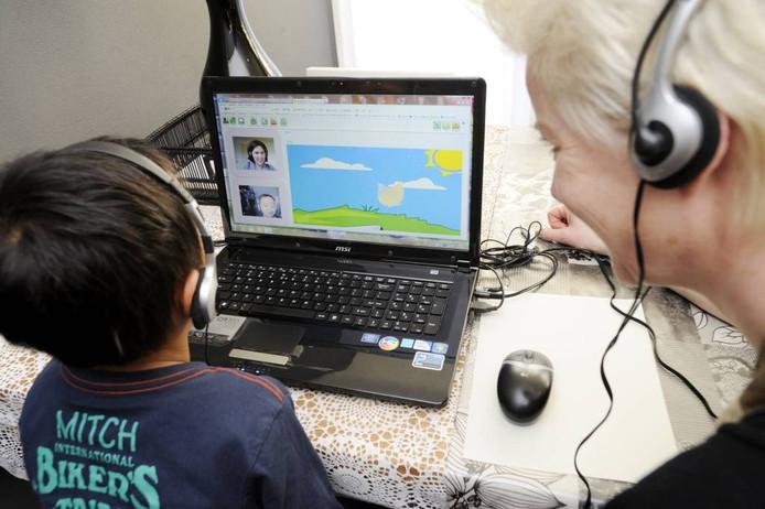 Quinn krijgt thuis in Lemelerveld logopedie van Els Kappers, die in Dalfsen zit, maar via een webcam meekijkt. Op de computer maakt hij puzzels.