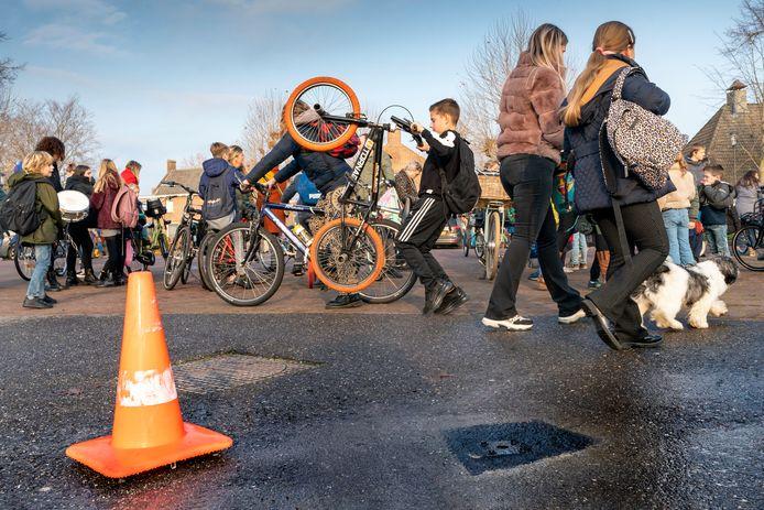 De gaten zijn geboord op het schoolplein in Wijbosch, komende week volgt het hek.