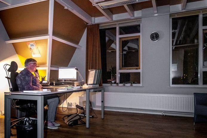 Joke is vrijwilliger bij de Luisterlijn, die ook 's nachts bereikbaar is.