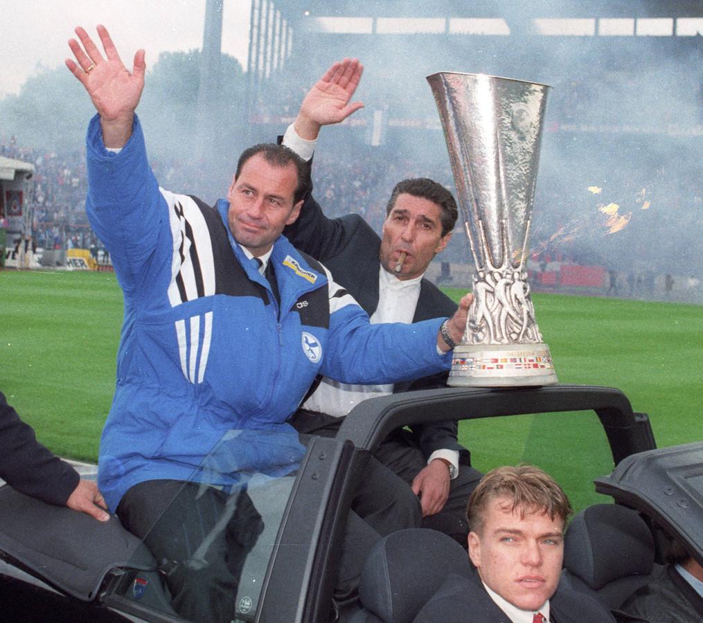 Stevens en manager Rudi Assauer delen de beker met de fans.